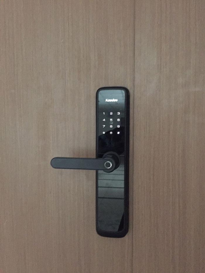 Khách sạn nên dùng khóa vân tay hay khóa thẻ từ an toàn hơn?